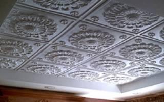 Как правильно клеить потолочные плиты