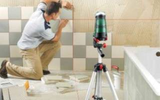 Как правильно клеить керамическую плитку на стену